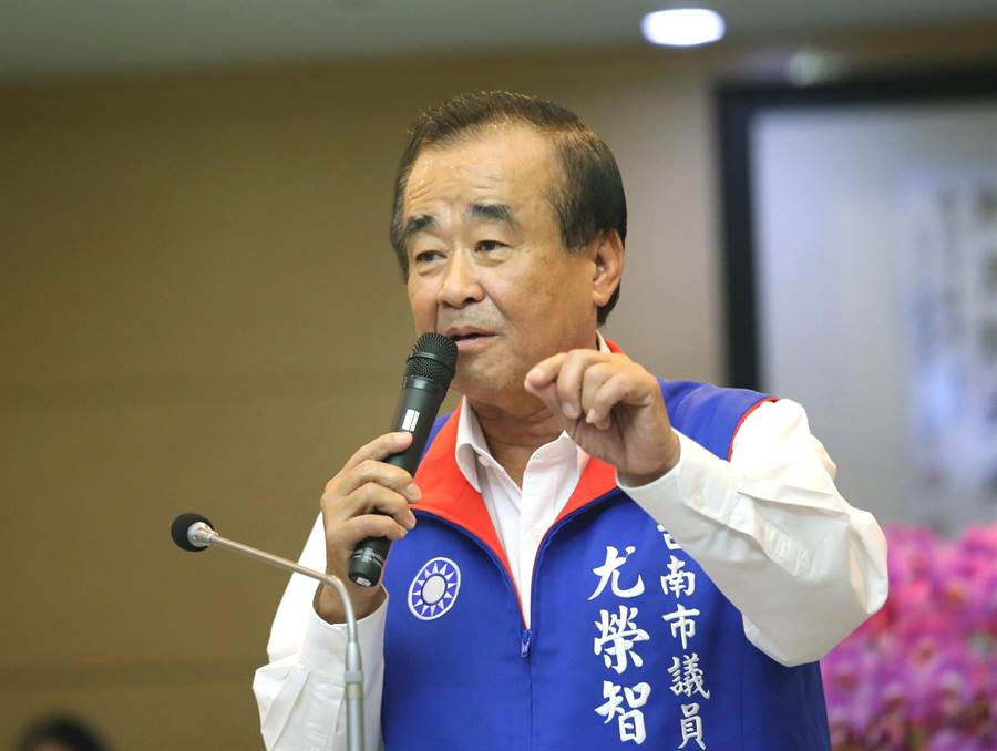 台南市議員尤榮智質詢時,市府交通局宣布麻豆至台南市區的快捷公車,最快月底即可運行。(洪榮志攝)