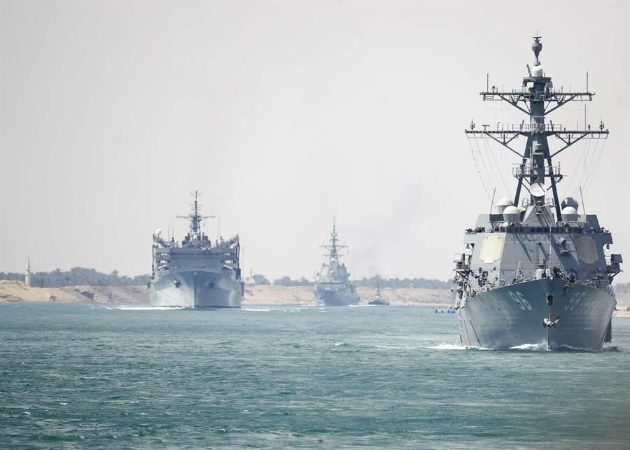 美國「林肯」號航母戰鬥群5月9日通過埃及蘇伊士運河,準備部署波斯灣的畫面。(美聯社)