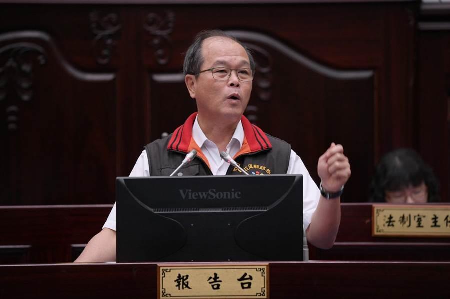 花蓮民政處長蕭明甲答覆縣議員質詢,冷靜沈著、有條不紊。(范振和攝)