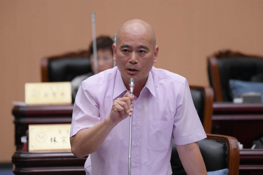 縣議員吳東昇建請民政處說明殯葬園區進度。(范振和攝)