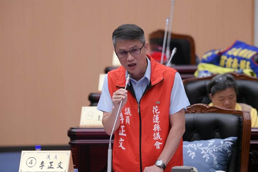 縣議員李正文質疑返鄉專車名額不足,造成民怨。(范振和攝)