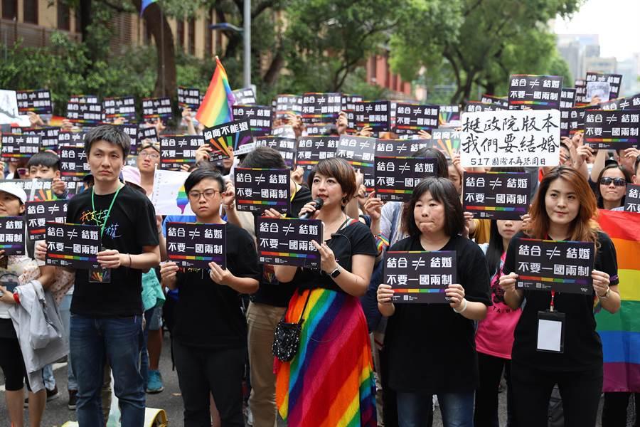 婚姻平權大平台總召集人呂欣潔(前排中)表示,請支持婚姻平權的朋友周五來立院場外守護院版。(婚姻平權大平台提供)