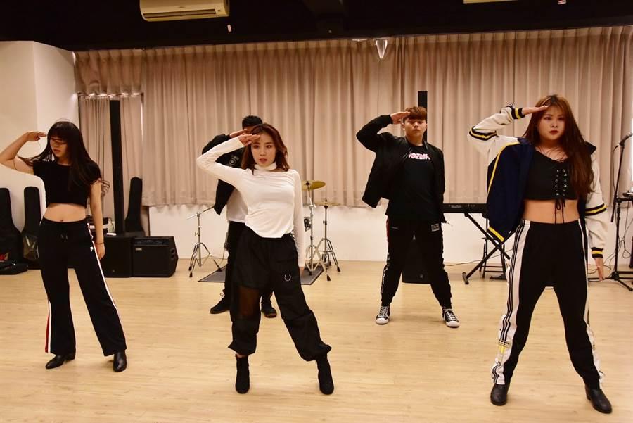 明道大學聘請專業舞蹈老師授課,讓學生能紮下厚實的舞蹈基礎。(圖片由明道大學提供)