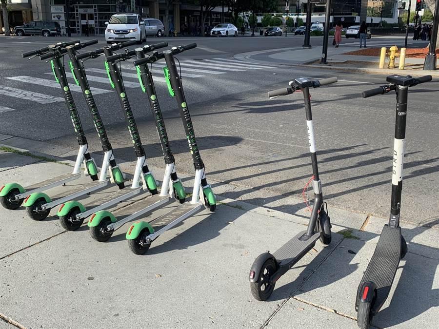 攝於美國聖荷西。共享電動滑板車服務在加州十分盛行,左側為 Lime、右側是 Bird 品牌提供的電動滑板車。(圖/黃慧雯攝)