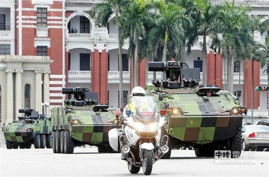 前總統馬英九坐萬鈞車前往圓山指揮所進行兵推。(中時呂家慶、季志翔攝)