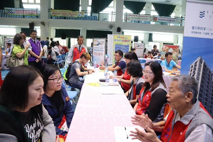 台首大就業博覽會熱鬧登場,31廠商提供800多個就業機會。(劉秀芬攝)