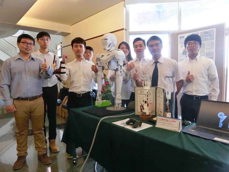 崑山科大機械系團隊以3D繪圖、3D列印、組裝、配線等師生自行完成的《仿生型機械手臂》,去年獲得發明類社會組TIKI金牌,今年持續將機械手臂進化,打造仿生機器人Body。(曹婷婷攝)