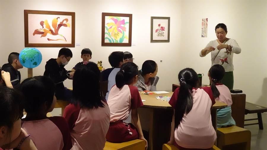 布藝創作者廖芳英(站立者)細心講解布貼畫技巧。(世界宗教博物館提供)