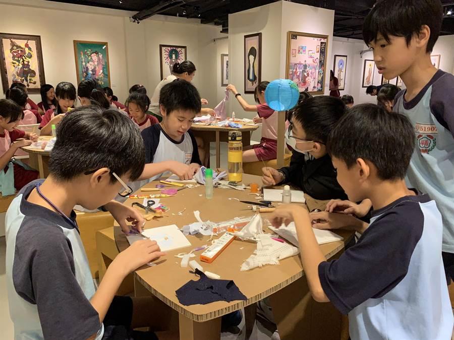 永平國小5年級美術班學童體驗布貼畫創作。(照片由世界宗教博物館提供)