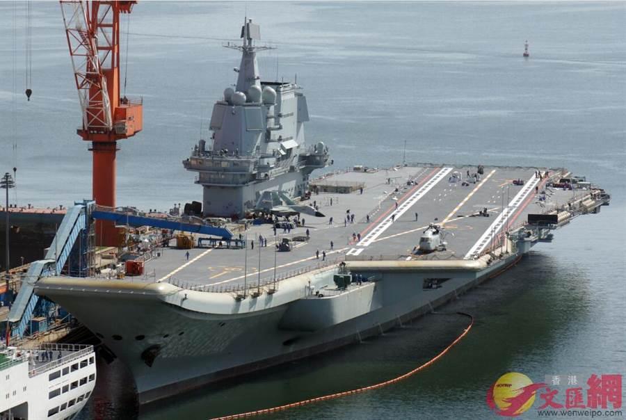 大陸首艘國產航空母艦甲板標線完成並清理工程支架,可能在2個月內就會交付予中共海軍。(圖/文匯網)