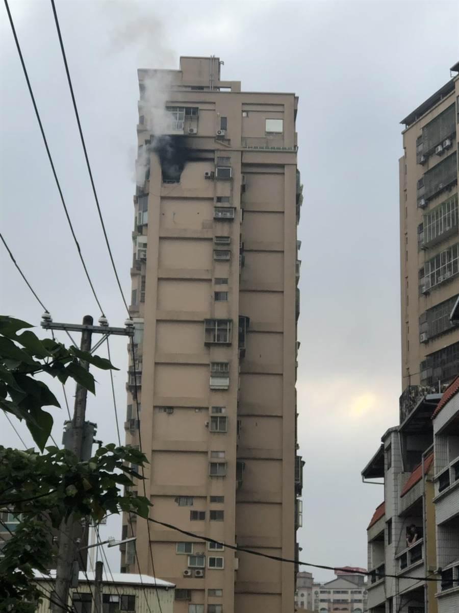 淡水區一名50歲易姓女子,在與友人視訊中,疑放火燃燒屋內,友人見狀連忙報警,警消到場後緊急疏散9名住戶,所幸無人傷亡。(吳亮賢翻攝)