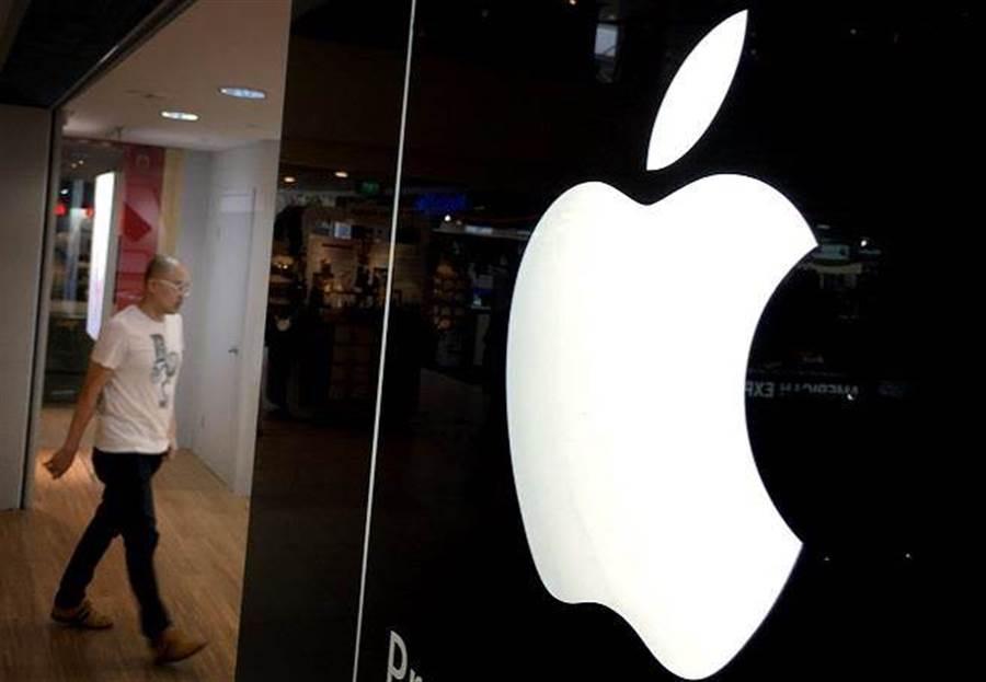 中美貿易戰重燃戰火,加上美國最高法院裁定,允許iPhone用戶集體向蘋果提起反壟斷訴訟,蘋果周一股價重挫近6%。(圖/美聯社)