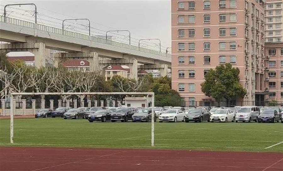 上海外國語大學虹口校區足球場變成停車場。(取自鳳凰網)