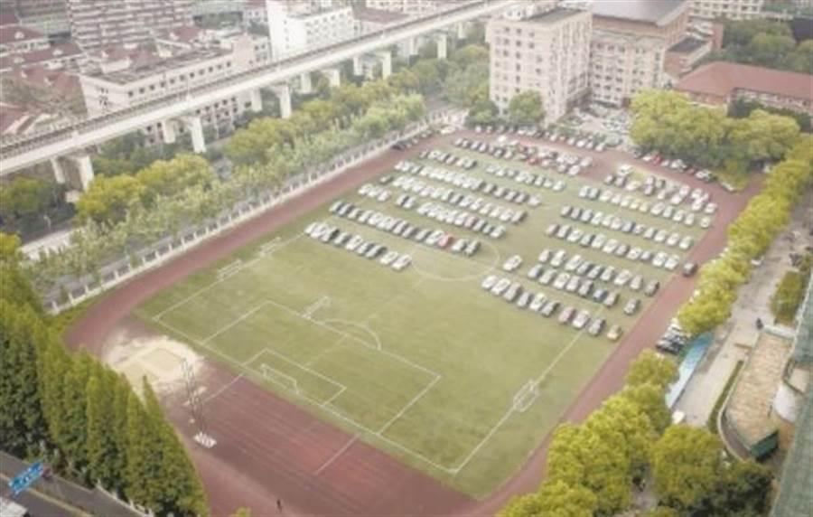 上海外國語大學虹口校區足球場停泊超過200輛汽車。(取自鳳凰網)