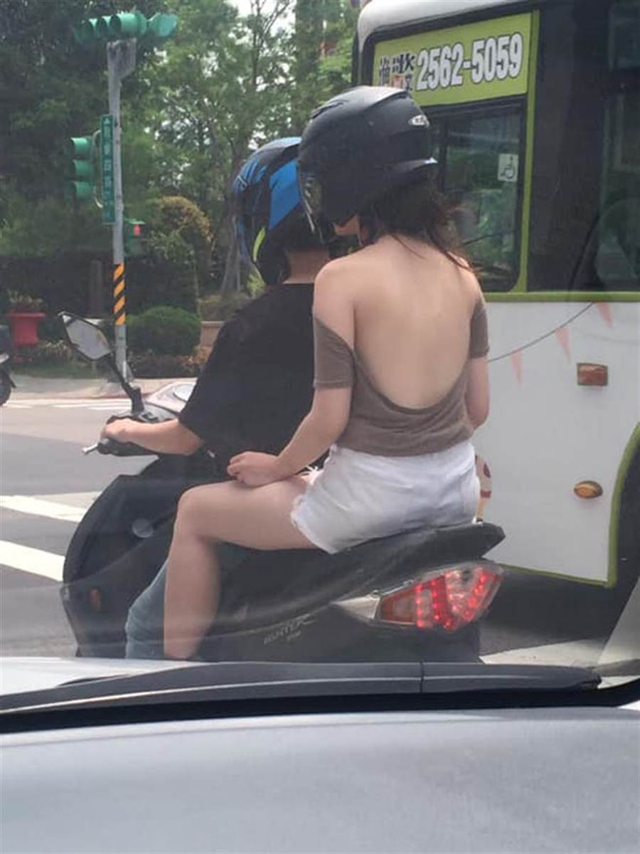 直探腰際的U型大挖背上衣,讓後座女乘客瞬間搶盡目光焦點。(圖/翻攝自臉書《爆廢公社》)