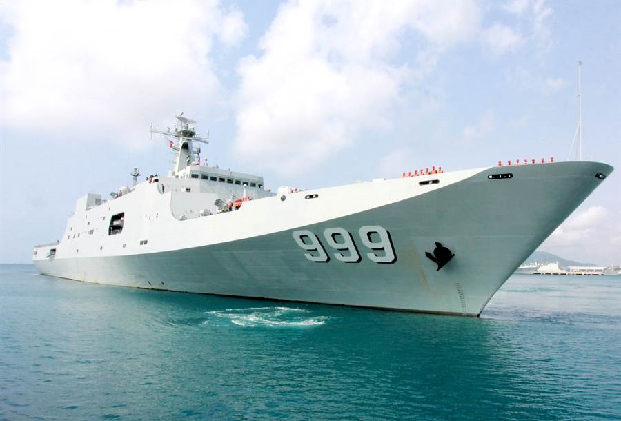 中共海軍071井崗山號大型船塢登陸艦,排水量2萬噸。多次載運部隊到南海島礁進行演習與訓練任務。(圖/新華社)