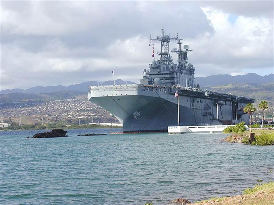 中共海軍075兩棲攻擊艦據說相當於圖中美國塔拉瓦號兩棲攻擊艦。(圖/美國海軍)