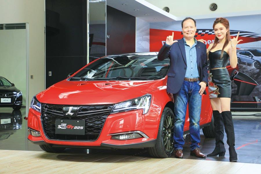 納智捷在相隔一年多後,再度有新車發表,13日上市四門轎跑S5 GT/GT225,納智捷汽車總經理蔡文榮(左)親自為新車站台。圖/業者提供