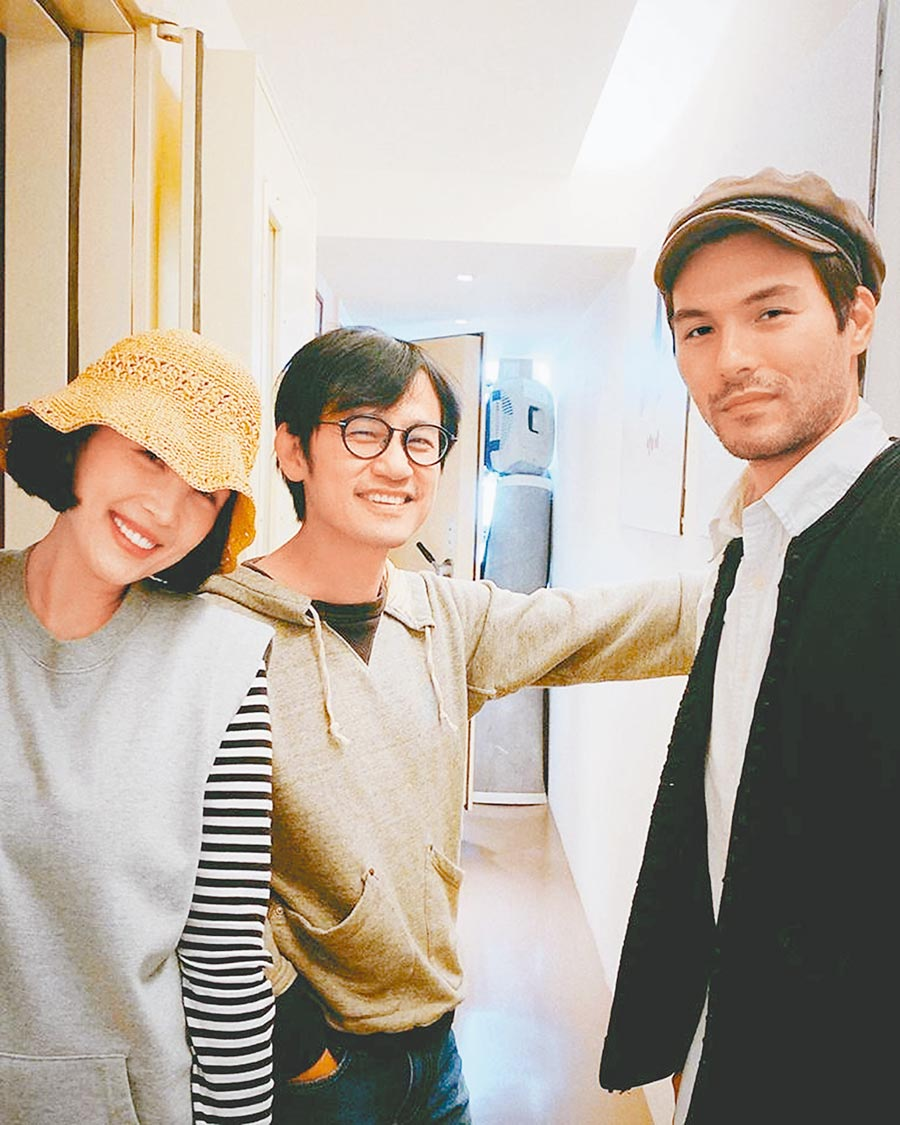 魏如萱(左起)、陳建騏、鳳小岳一同為「小花計畫展-查無此人」打造音樂作品。