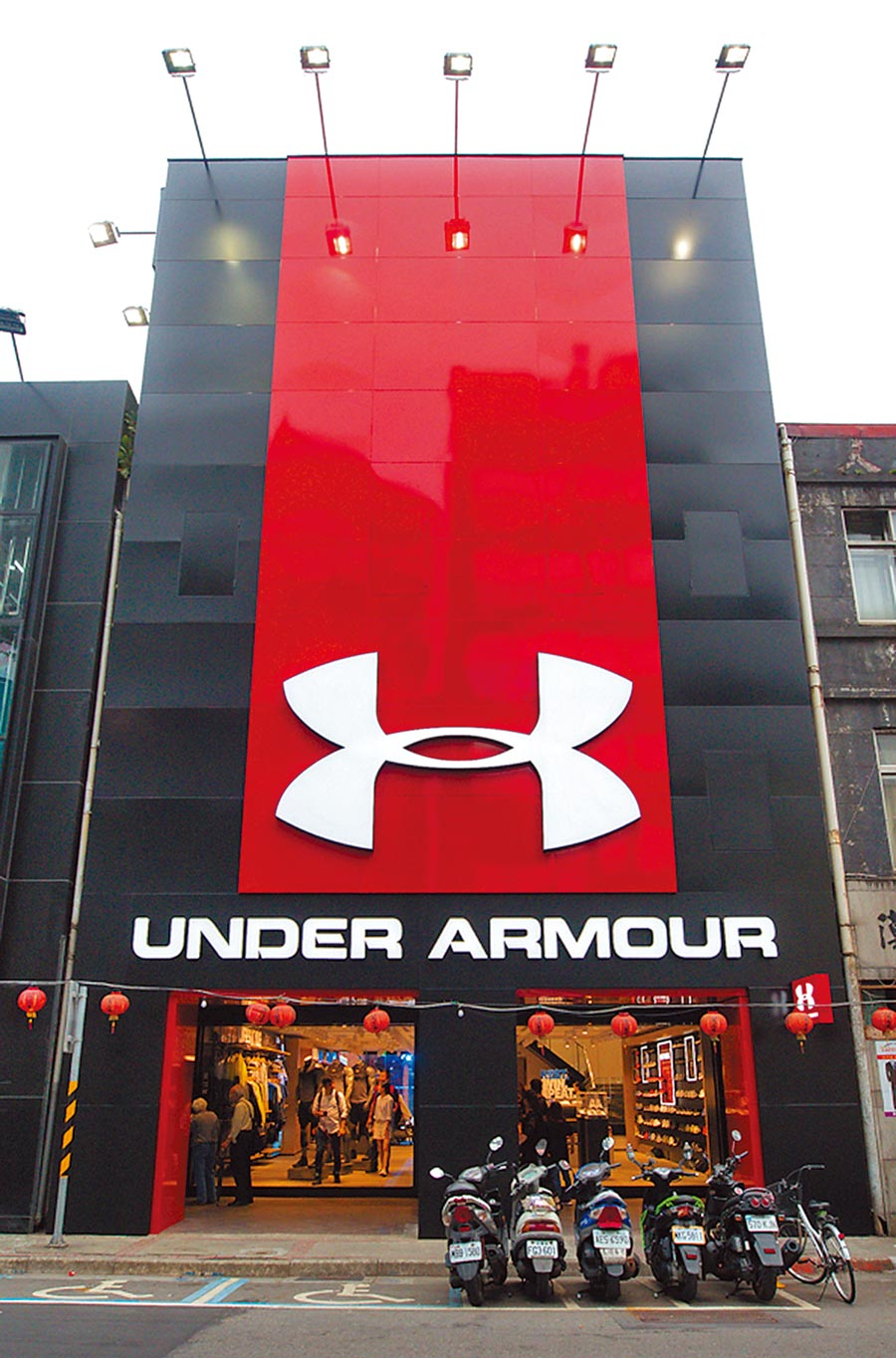 Under Armour去年成立「西門成都旗艦門市」,看好捷運6號出口的龐大觀光人潮。(Under Armour提供)