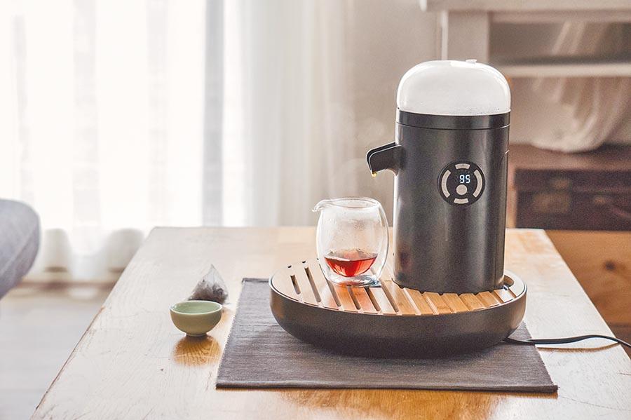 TEAMOSA智慧泡茶機,以科技結合台灣傳統功夫茶精神,限量早鳥價4980元、加購30入茶包微濃鮮嘗組共5780元。(TEAMOSA提供)