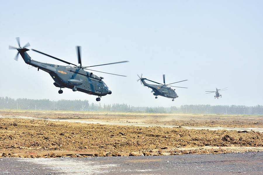 美國打軍事台灣牌,將升高台海危機,圖為2018年5月30日,共軍第71集團軍某陸航旅進行低空聯合作戰演練。(新華社)