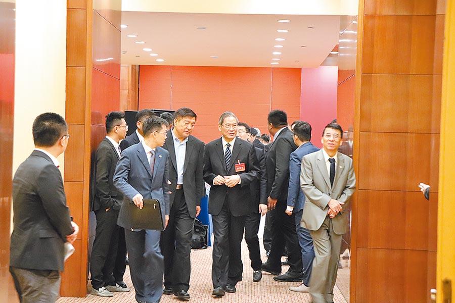 海峽兩岸關係研究中心與中華青雁和平教育基金會13日在北京舉行「兩岸關係與民族復興」座談會,大陸海協會長張志軍(中)、涉台重要學者們均與會。(記者呂佳蓉攝)