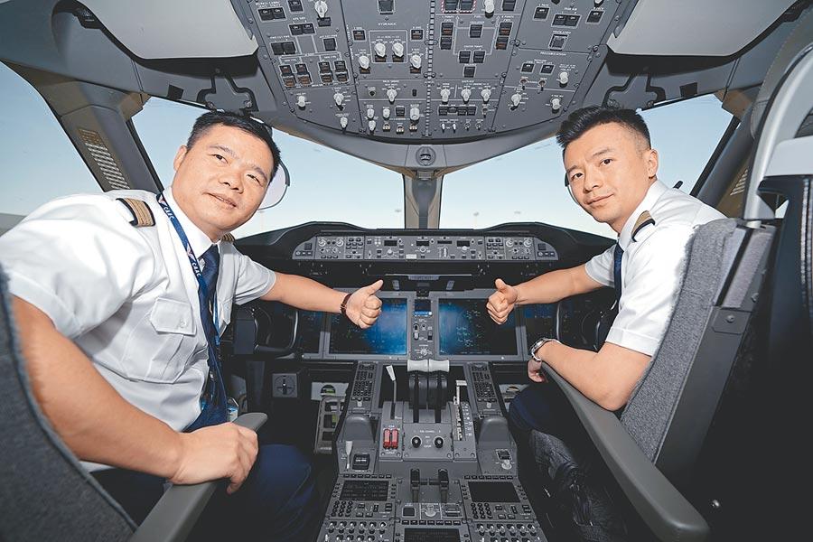 執行試飛任務的廈門航空公司機組人員13日在駕駛艙合影。(新華社)