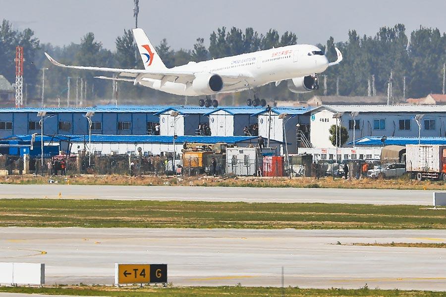 一架東航A350-900客機13日9時35分平穩降落在北京大興國際機場的跑道上。(中新社)