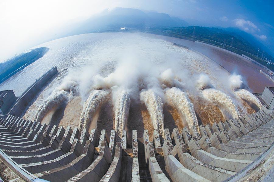 2018年7月12日,三峽大壩洩洪。(新華社)