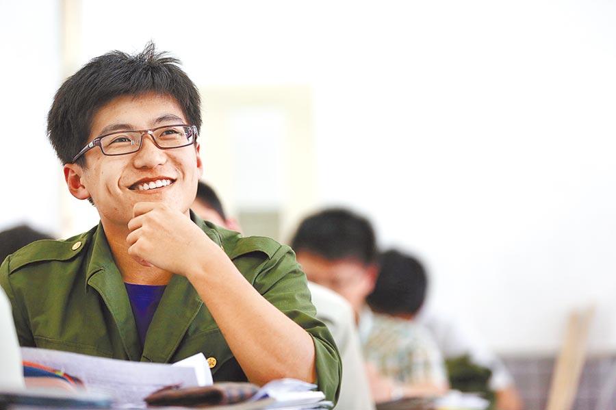 學生在課堂上聽老師講課。(新華社資料照片)