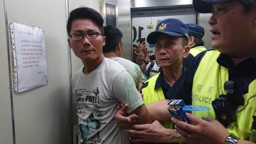 蔡男(白衣者)訴求反同志婚姻,竟跑到台南北區大樓頂揚言跳樓喚起社會重視。(程炳璋攝)