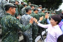 盧秀燕端節勞軍 役男稱「市長是媽媽」