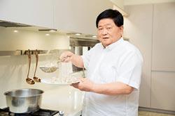 顏清標當一日店長 煮萬顆水餃