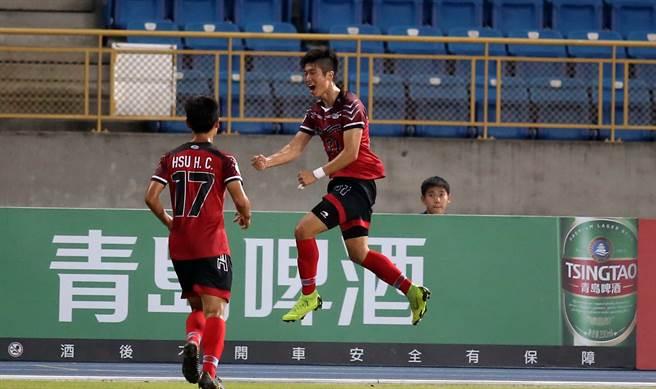 朱易成(右)幫航源FC進球後,跳到空中握拳慶祝。(李弘斌攝)