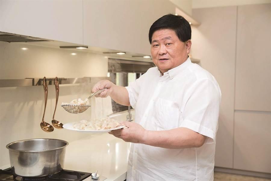 顏清標昨至SOGO忠孝館當一日店長,下1萬顆水餃請消費者試吃。(SOGO提供)