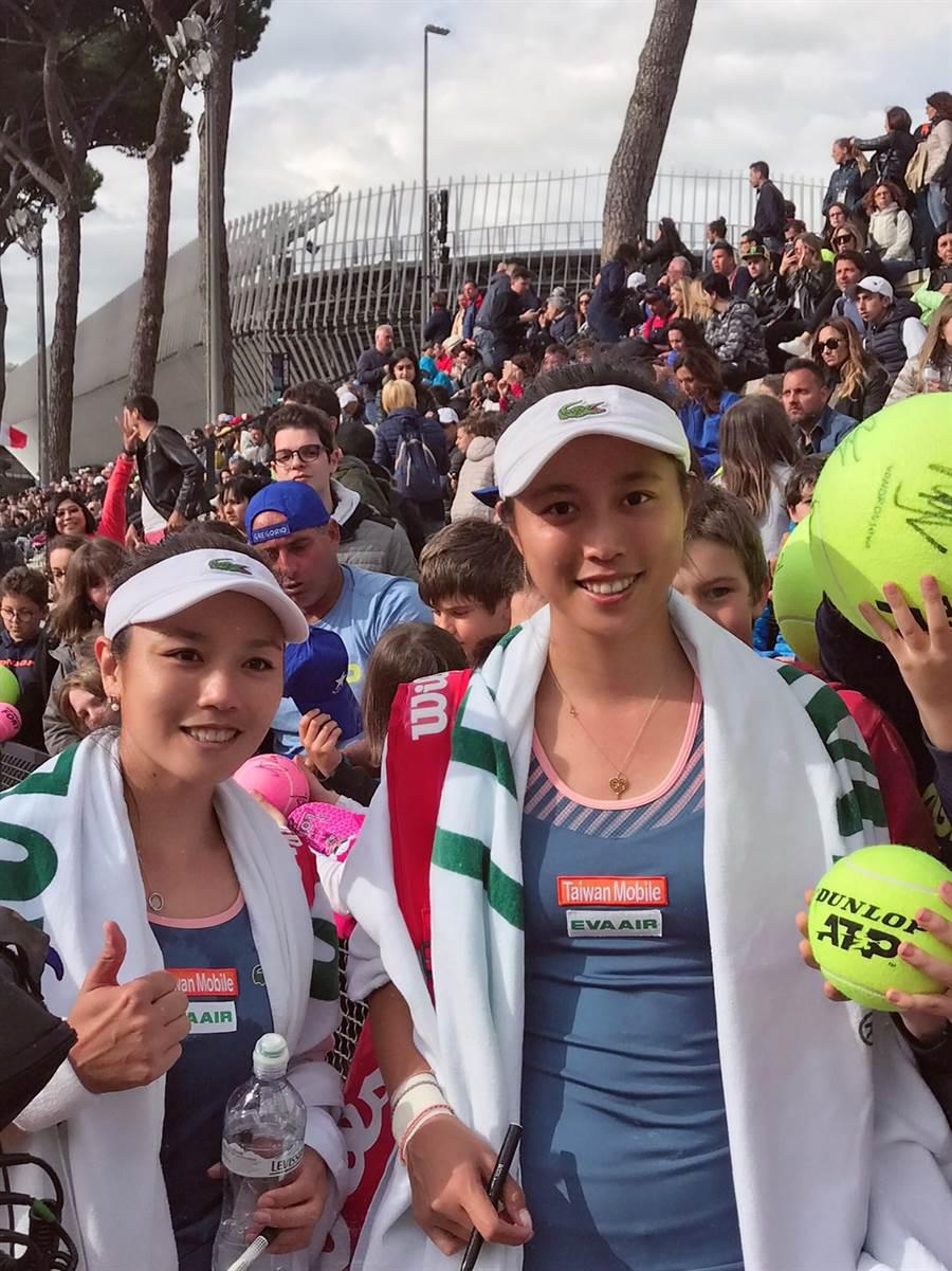 詹詠然(左)和妹妹詹皓晴(右)於WTA羅馬站賽事女雙首輪過關。(劉雪貞提供)