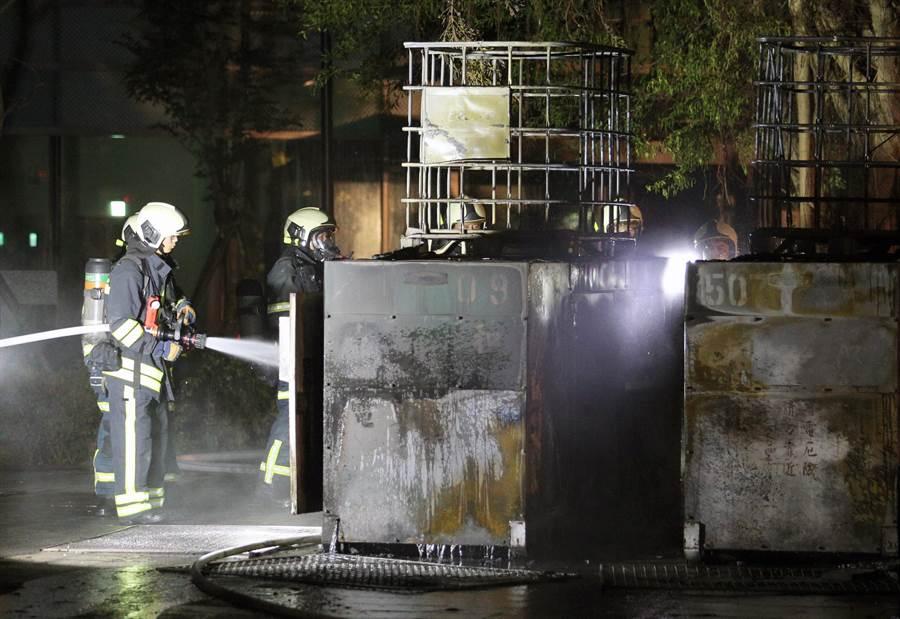 起火的兩部發電機被燒到焦黑,消防員持續射水降溫。(黃世麒攝)