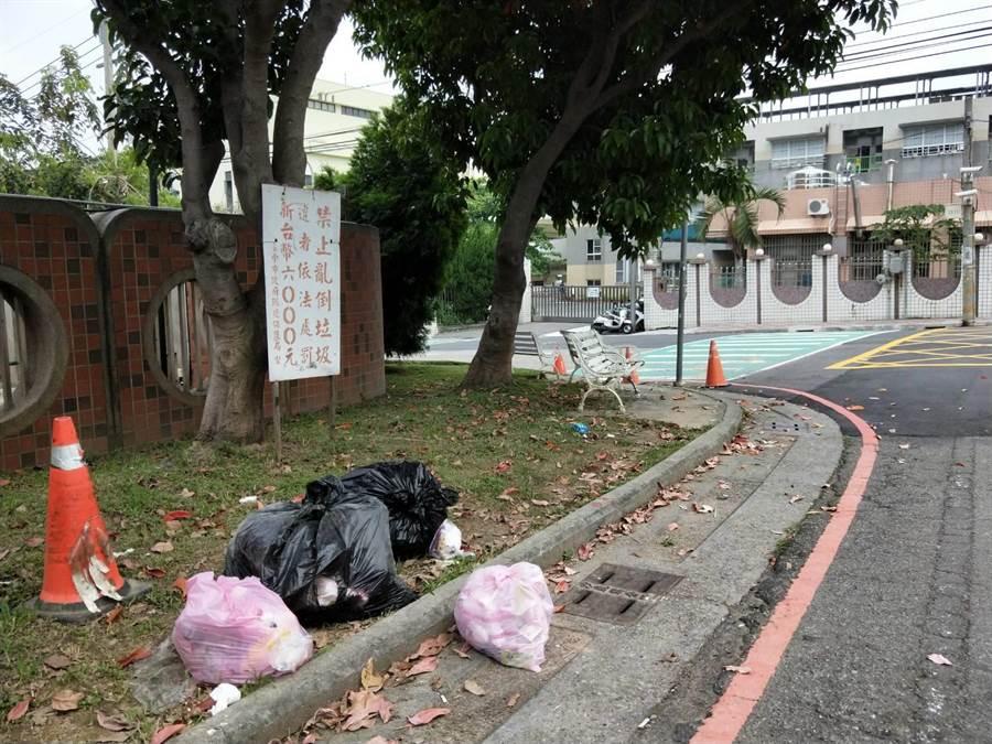 六路18街長期遭棄置大小包垃圾,後方的北勢國小身受其害。(陳淑娥攝)