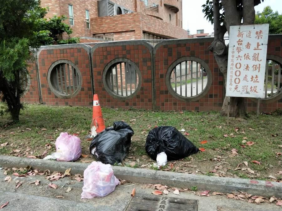 欠缺公德心的民眾無視告示牌,將大小包垃圾隨意丟棄,值得相關單位重視。(陳淑娥攝)
