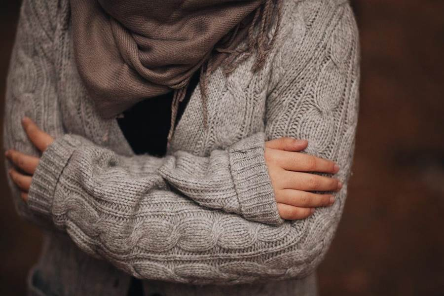 慢性疲勞也可能讓你感到身體發冷。(圖/達志影像)