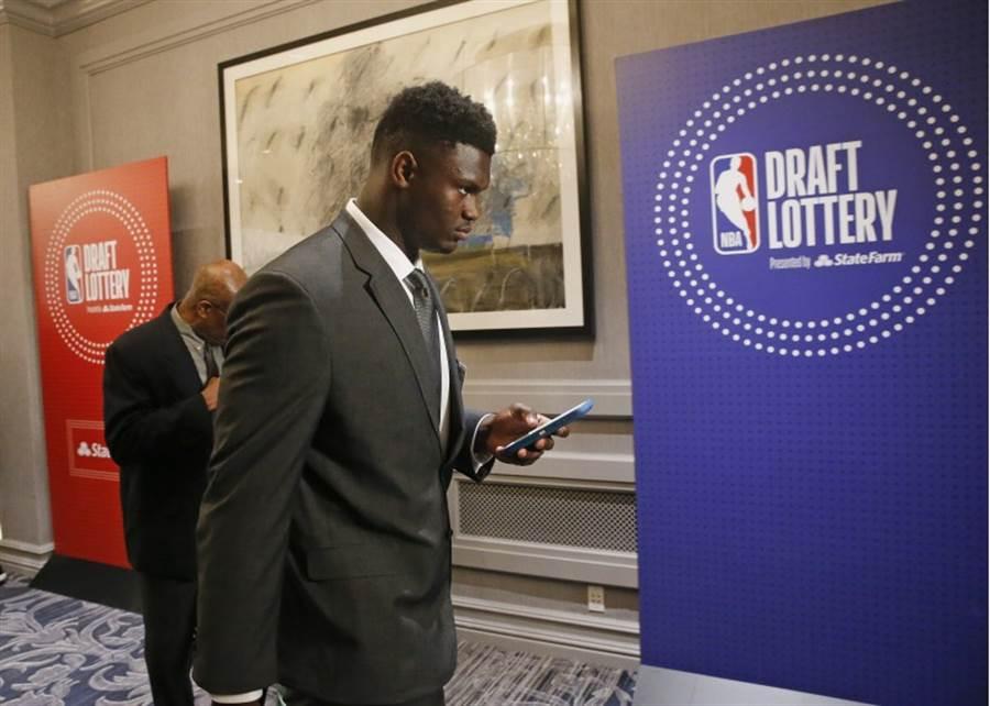 美國媒體報導指出,錫安威廉森有可能放棄選秀而回到大學打NCAA。(美聯社資料照)