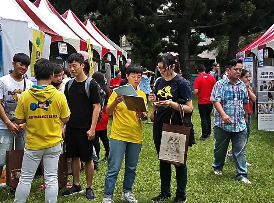 虎尾科技大學與勞動部勞動力發展署雲嘉南分署15日上午舉行就業博覽會,吸引許多人參加求職。(許素惠攝)