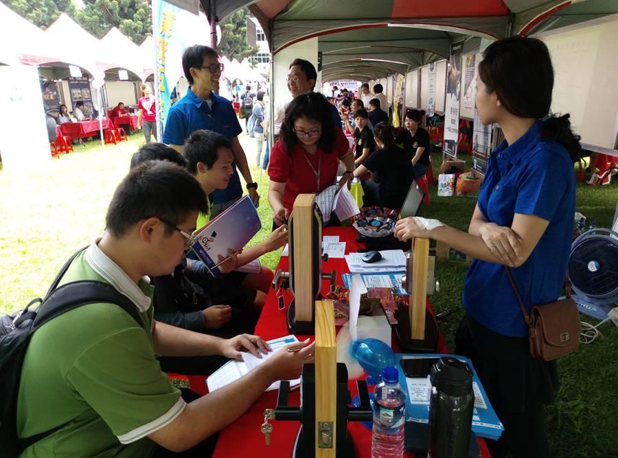 虎尾科技大學與勞動部勞動力發展署雲嘉南分署15日上午舉行就業博覽會,吸引大四生投履歷。(許素惠攝)