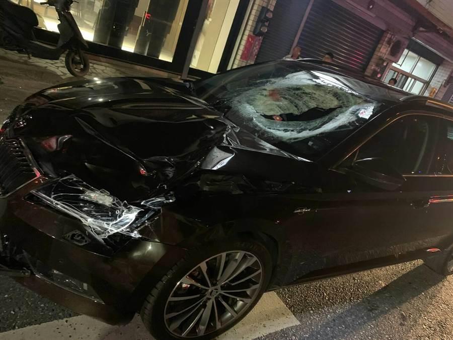 男童遭闖黃燈駕駛高速撞上,擋風玻璃碎裂還留有男童血跡。(許家寧翻攝)