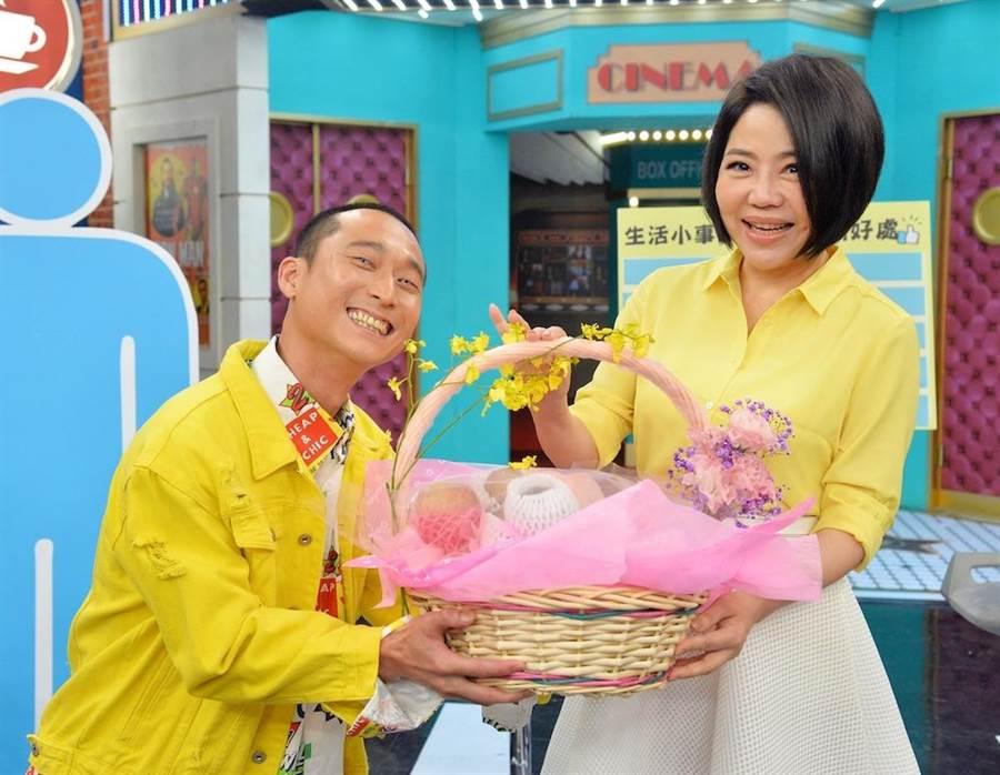 于美人(右)術後復工,與浩子一起進棚錄製節目。(圖片提供:衛視中文台)