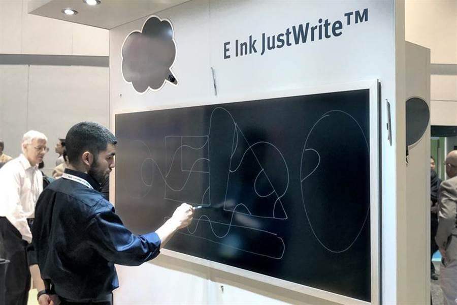 元太於SID展示可手寫電子紙E Ink JustWrite:全新的電子墨水薄膜無需使用TFT背板、以及複雜的電子元件即可呈現自然書寫效果。圖:元太提供