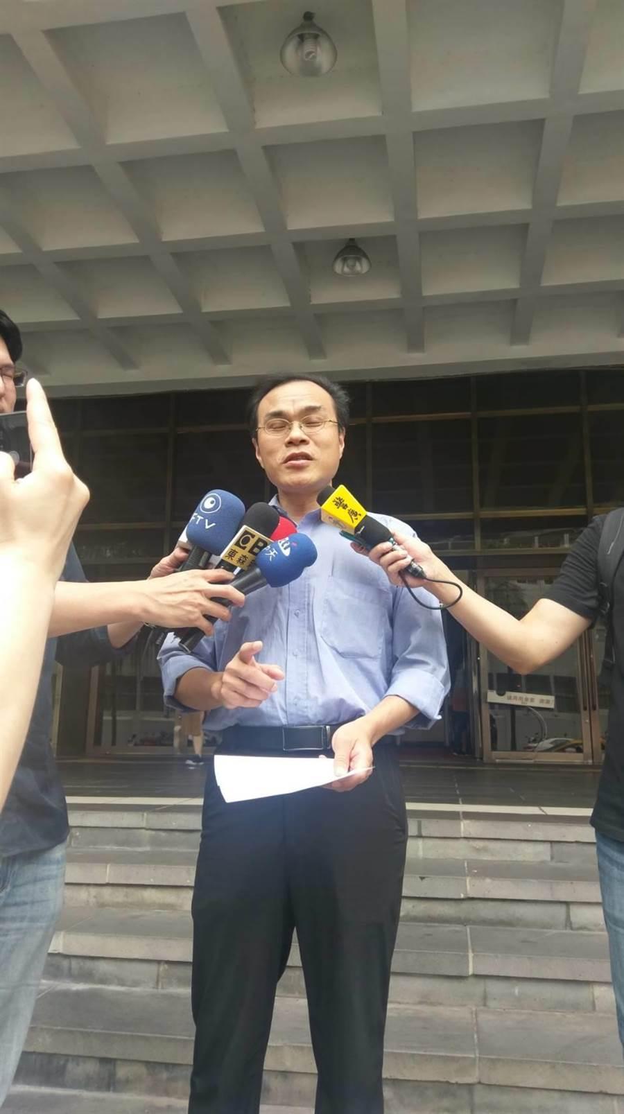 「劍青檢改」成員、台北地檢署檢察官林達(中)15日下午出面聲援遭彈劾的檢察官陳隆翔。(陳志賢攝)
