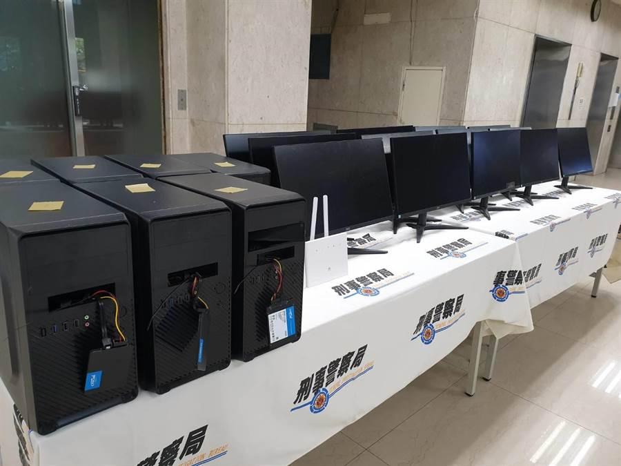 警方查扣涉案手機、筆記型電腦等贓證物。(林郁平攝)