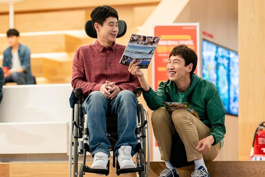 申河均(左)與李光洙在片中飾演一對沒有血緣關係的特別兄弟。(采昌國際多媒體提供)